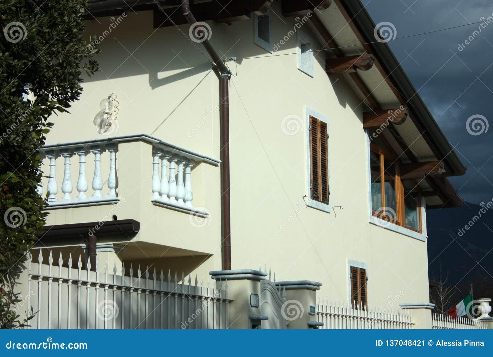 Стены фасада обитаемого в дома семьи