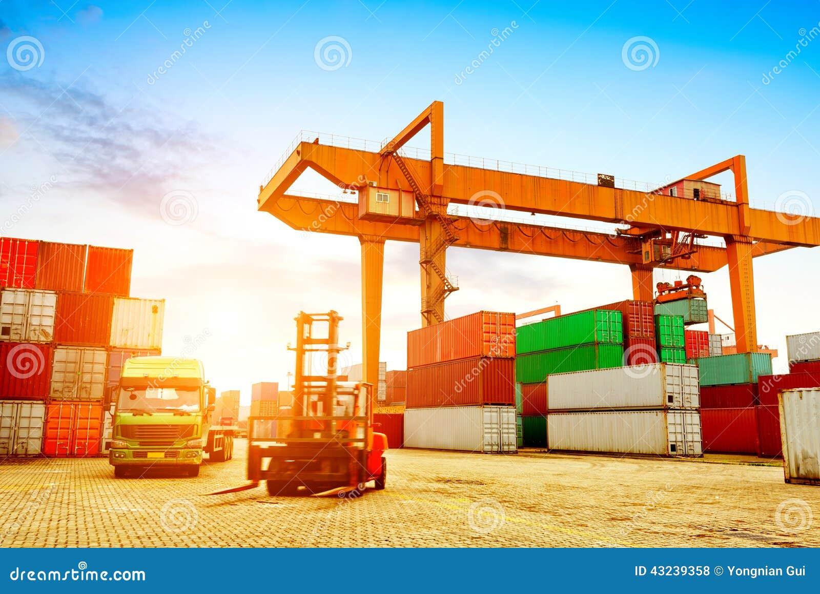 стержень корабля нагрузки контейнеров грузового контейнера огромный большой