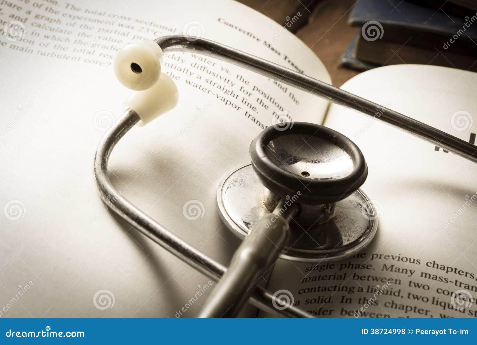 Стетоскоп на открытой книге.