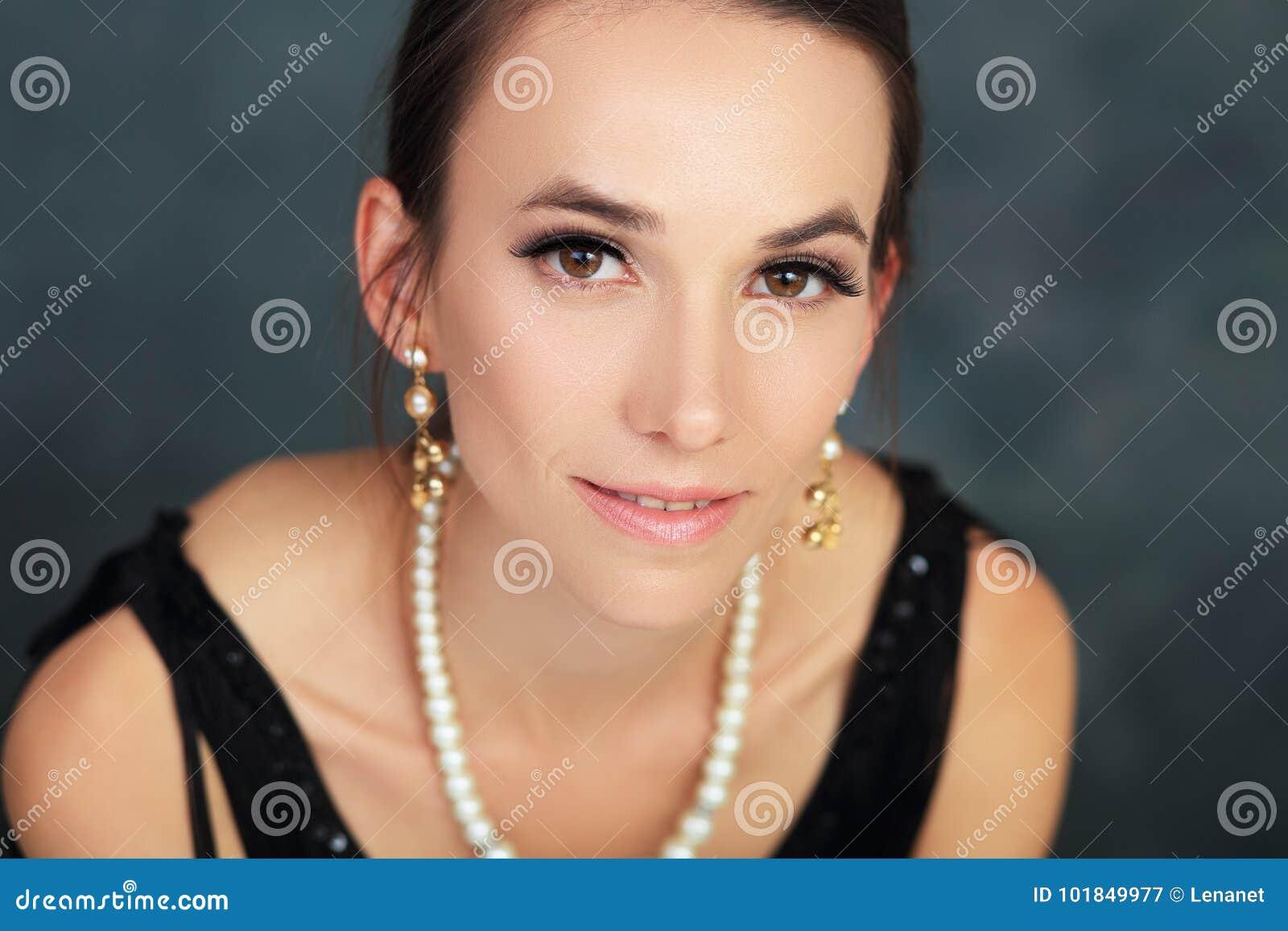Стильная женщина в меньшем черном платье