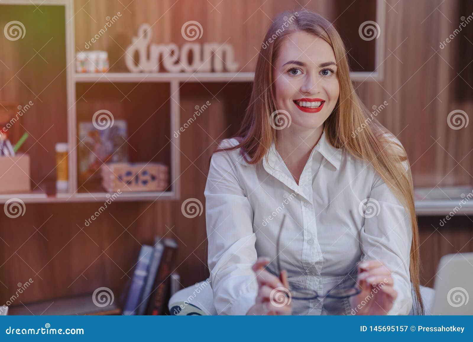 Стильная женщина работает на столе ноутбука в современном офисе