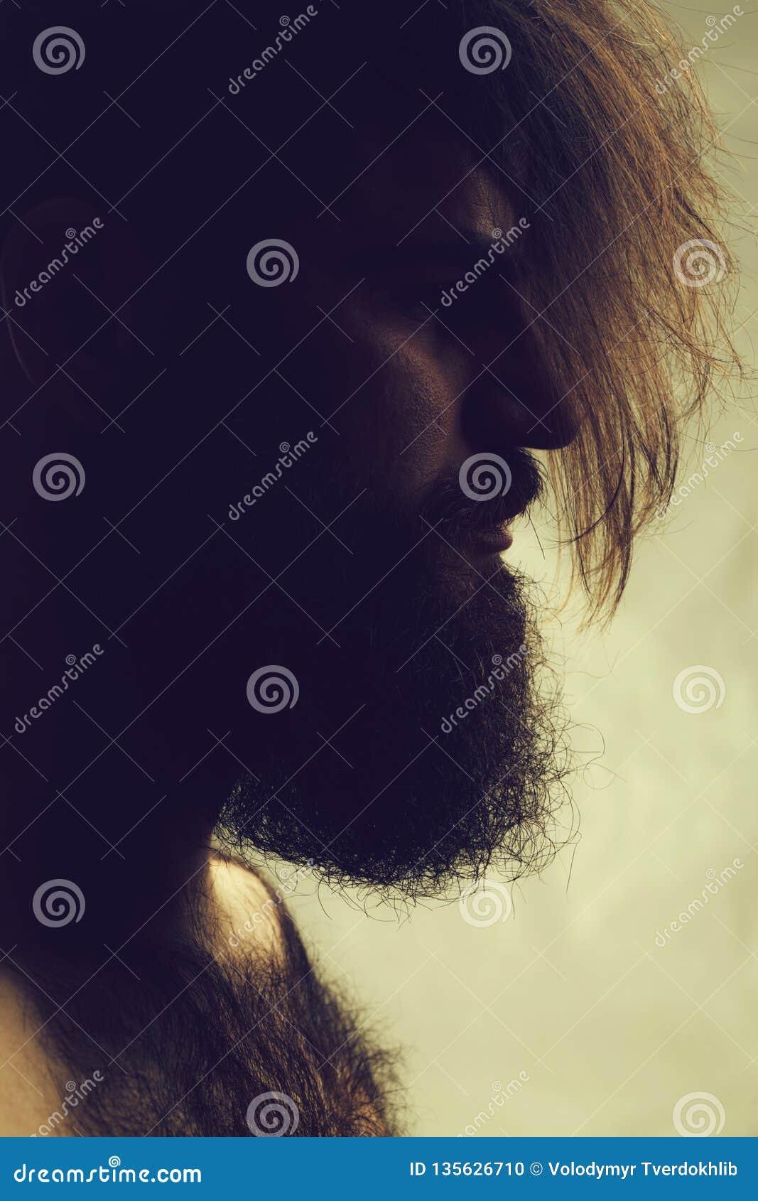 Стильный бородатый человек