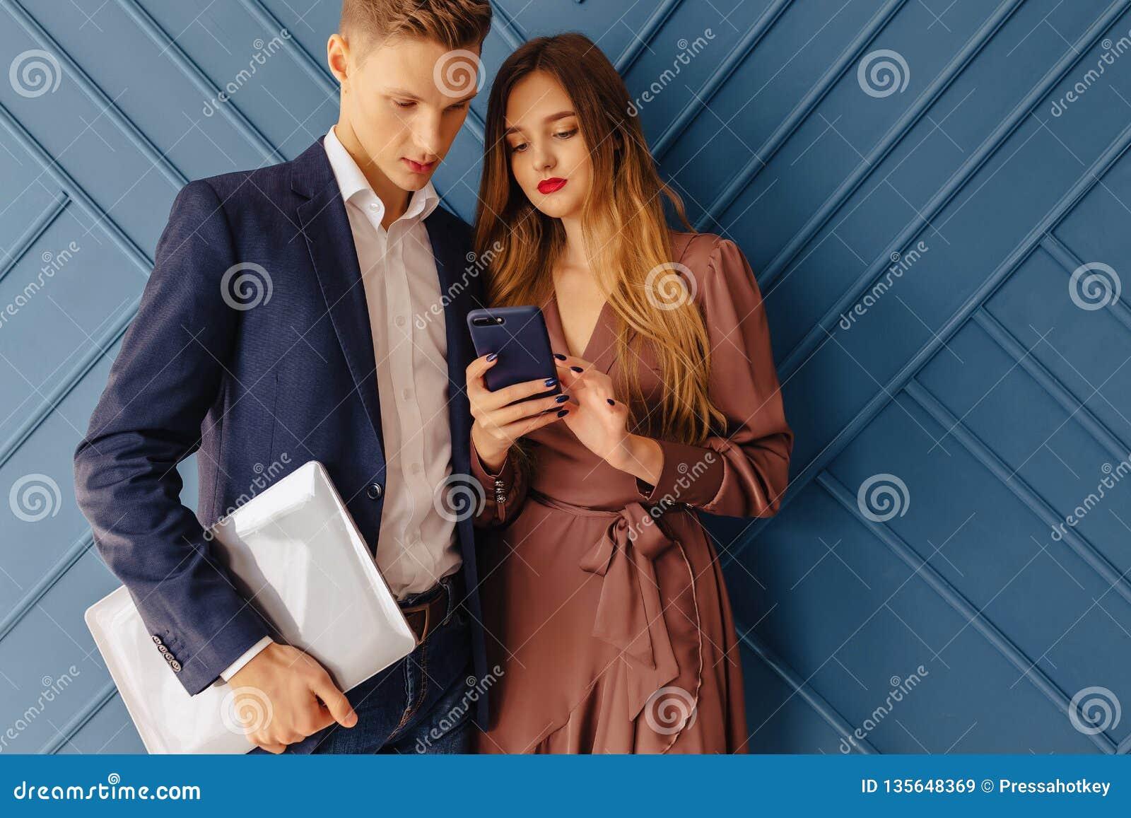 Парень с девушкой на работе работа для девушек статьи