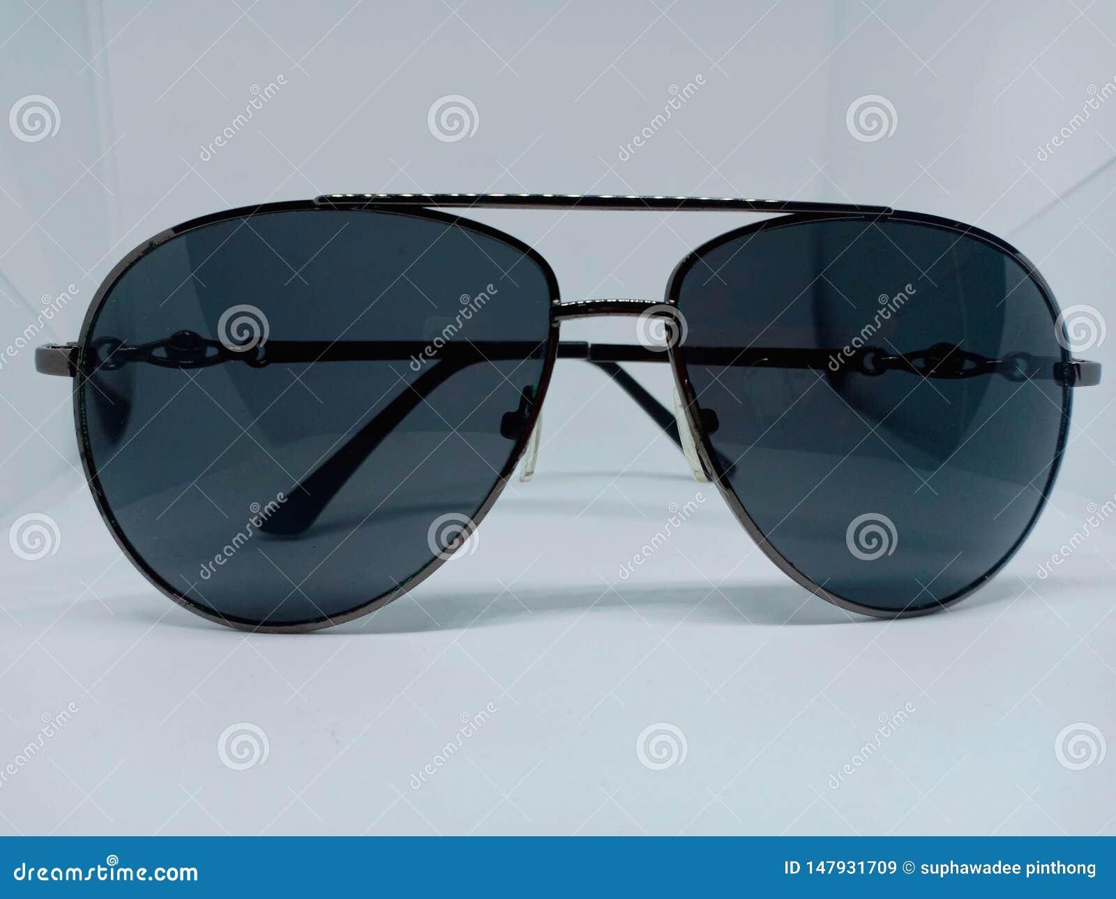 Стиль солнечных очков авиатора на белой предпосылке