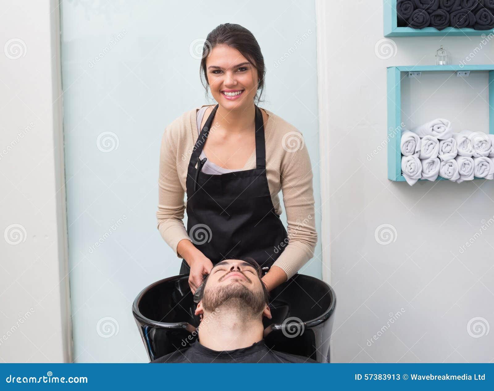 Стирка парикмахера укомплектовывает личным составом волосы