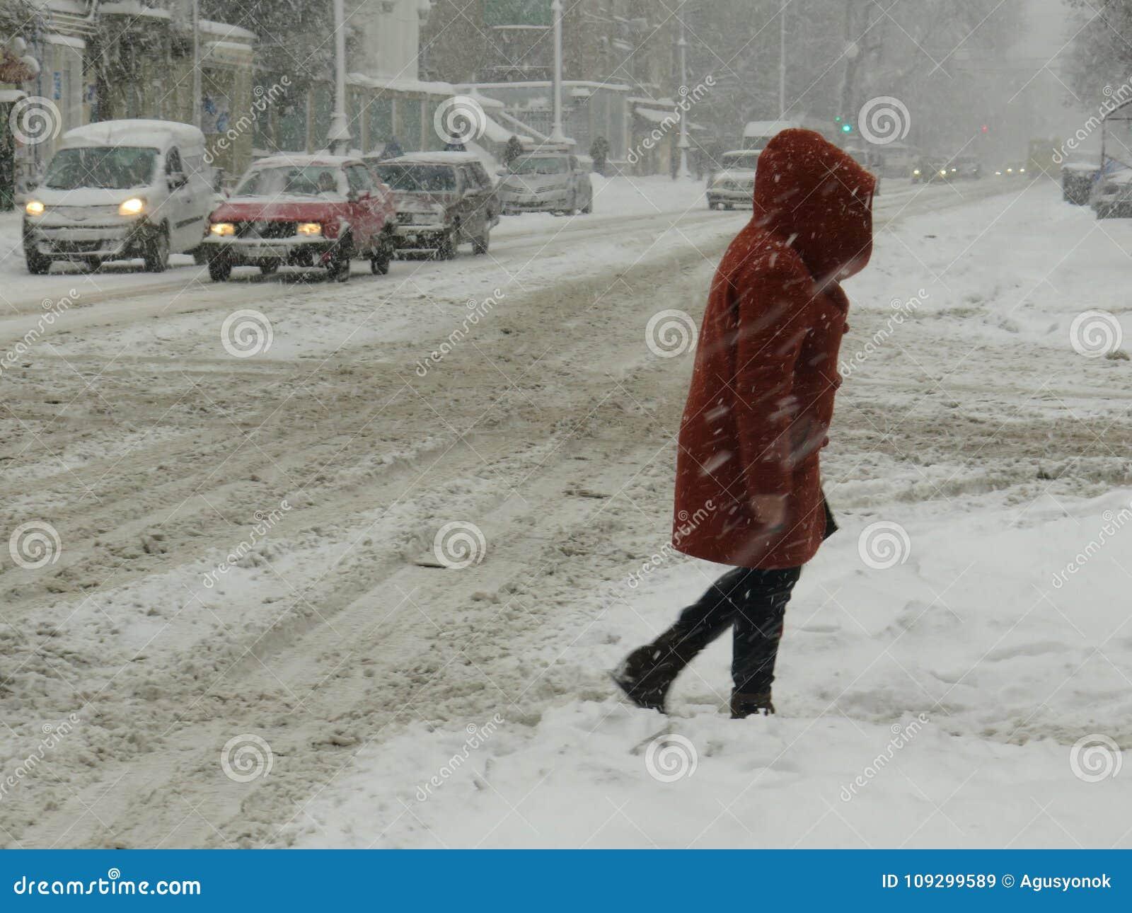 Стихийные бедствия зима overcast, вьюга, сильный снегопад парализовыванные дороги автомобиля города, сброс давления Снег покрыл ц