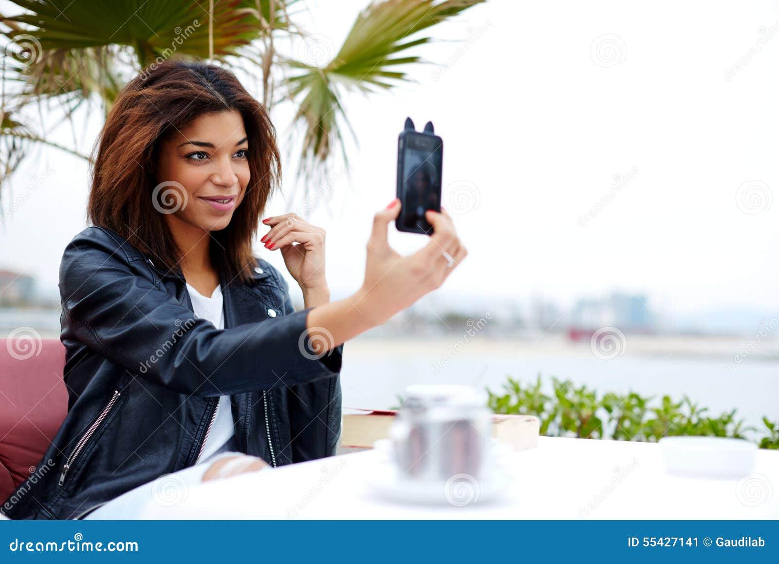 Стильная афро американская женщина принимая автопортрет с smartphone