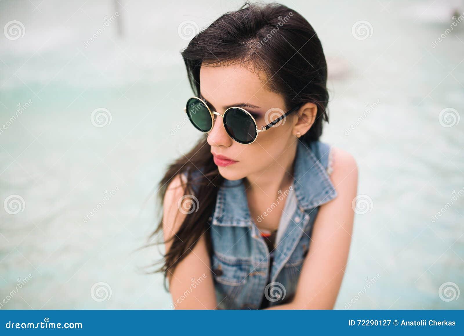 Download Стильная девушка в стеклах на улицах Стоковое Изображение - изображение насчитывающей счастливо, brussels: 72290127