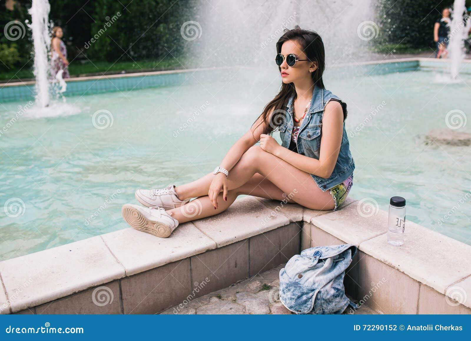 Download Стильная девушка в стеклах на улицах Стоковое Фото - изображение насчитывающей baggies, стильно: 72290152