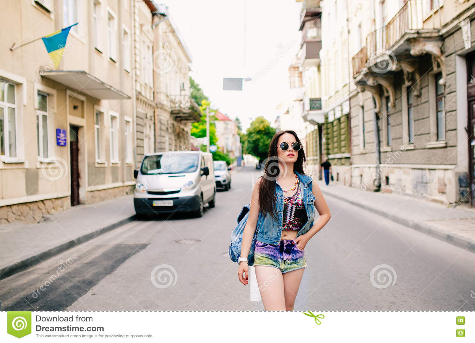 Download Стильная девушка в стеклах на улицах Стоковое Фото - изображение насчитывающей baggies, повелительница: 72290324