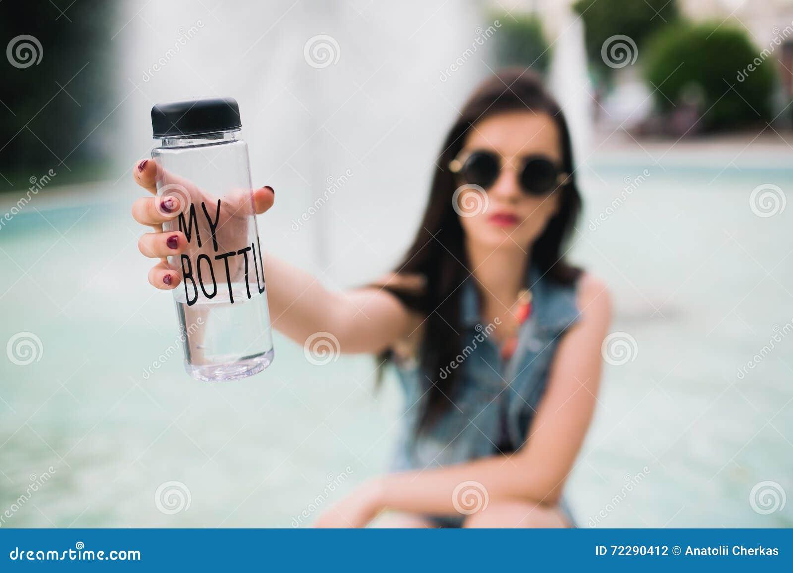 Download Стильная девушка в стеклах на улицах Стоковое Фото - изображение насчитывающей улица, довольно: 72290412