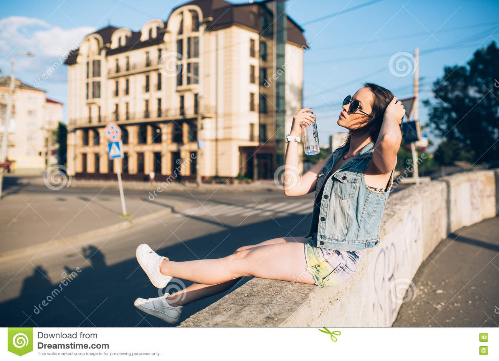 Download Стильная девушка в стеклах на улицах Стоковое Фото - изображение насчитывающей жизнерадостно, улица: 72290486