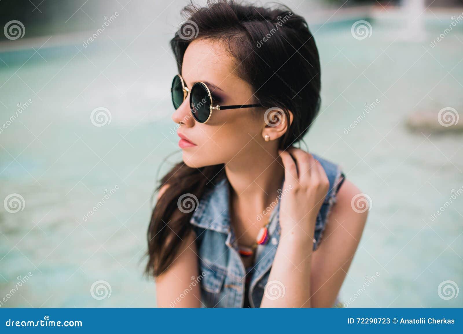 Стильная девушка в стеклах на улицах