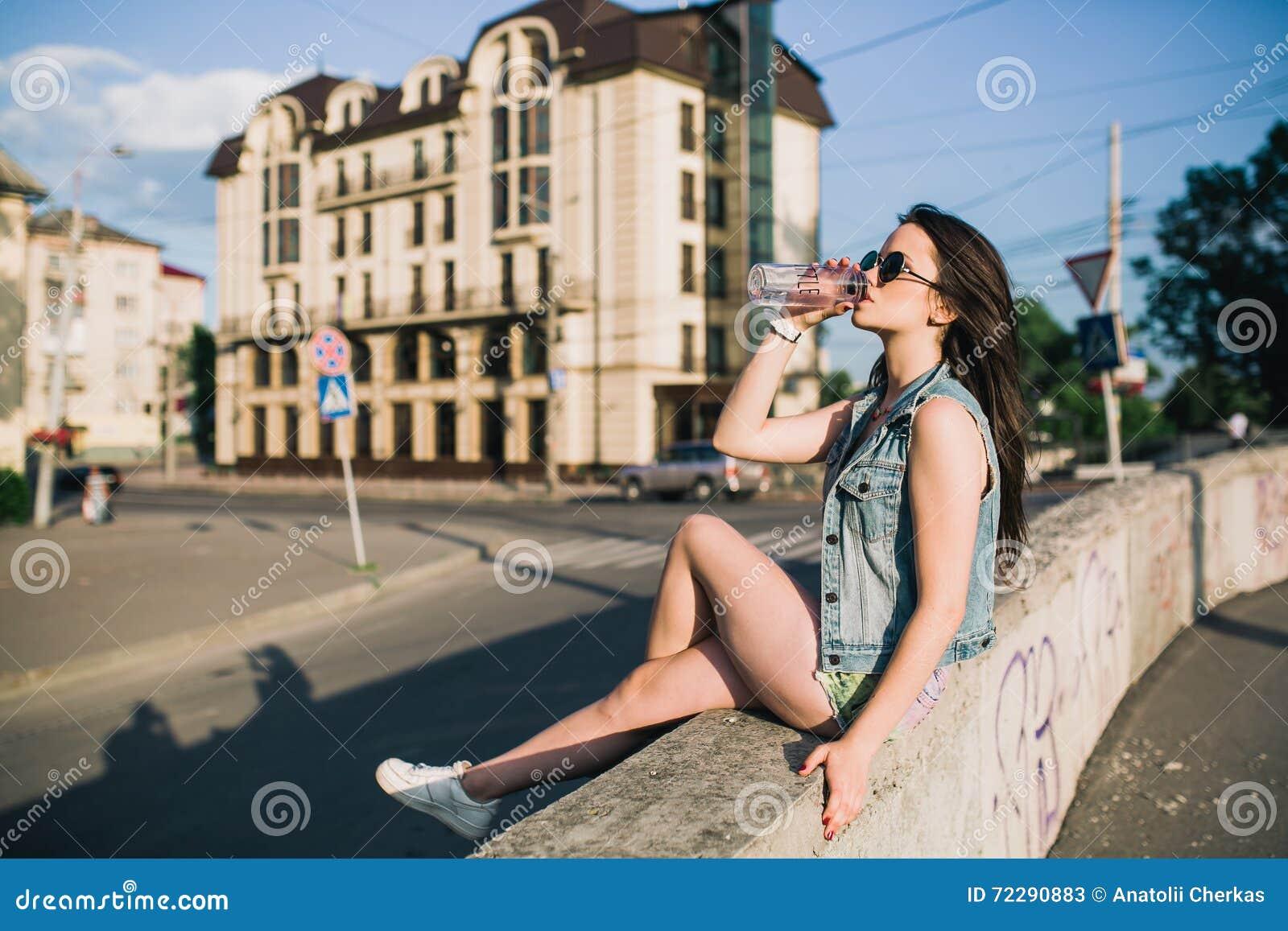 Download Стильная девушка в стеклах на улицах Стоковое Изображение - изображение насчитывающей бобра, самомоднейше: 72290883