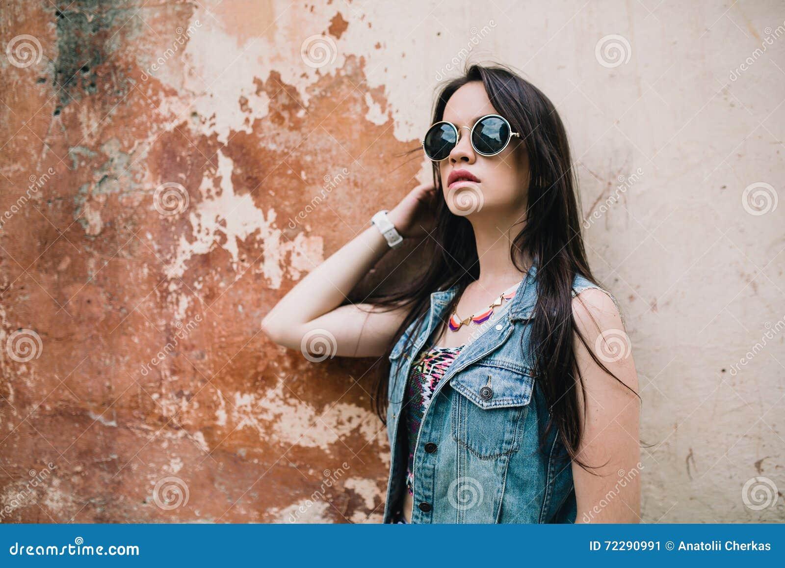 Download Стильная девушка в стеклах на улицах Стоковое Изображение - изображение насчитывающей лето, женщина: 72290991