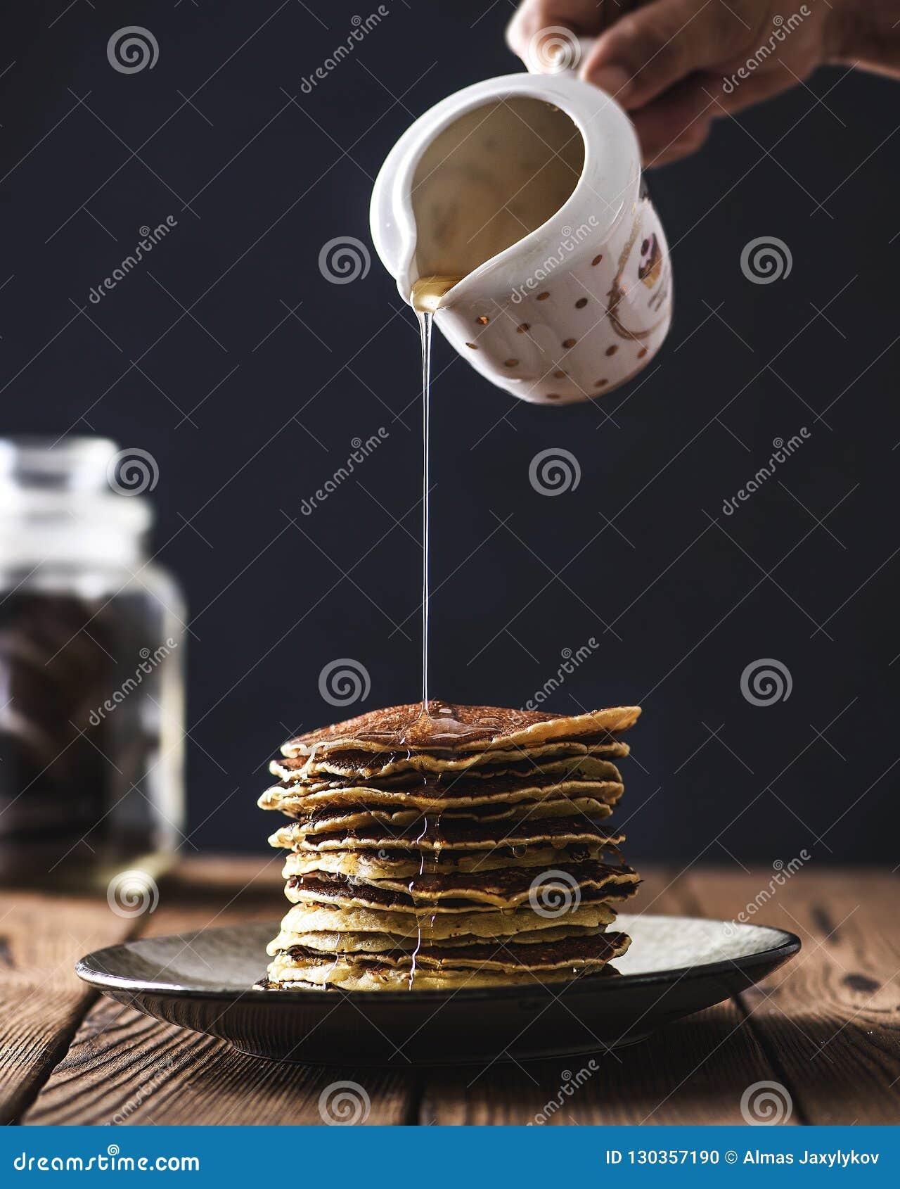 Стог блинчиков с сиропом меда