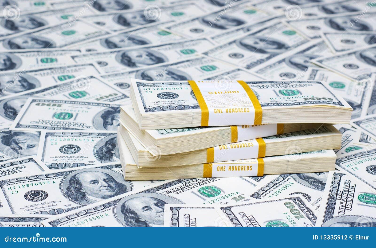 Стог долларов на деньгах