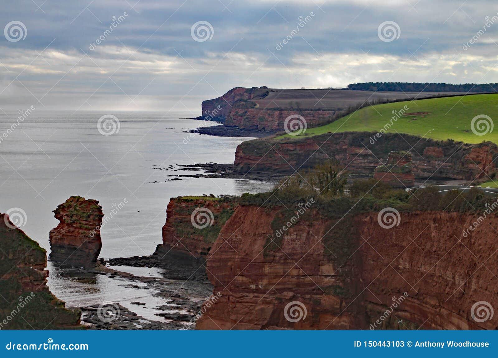 Стог моря песчаника на заливе Ladram около Sidmouth, Девона Часть южного западного прибрежного пути
