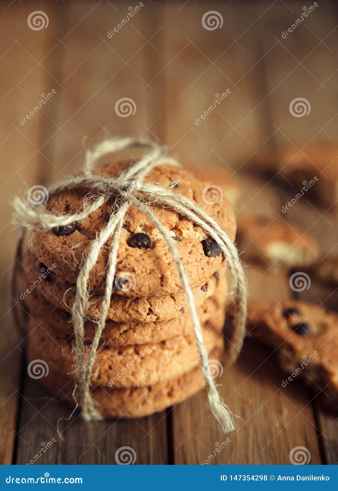 Стог печений шоколада на деревянном столе