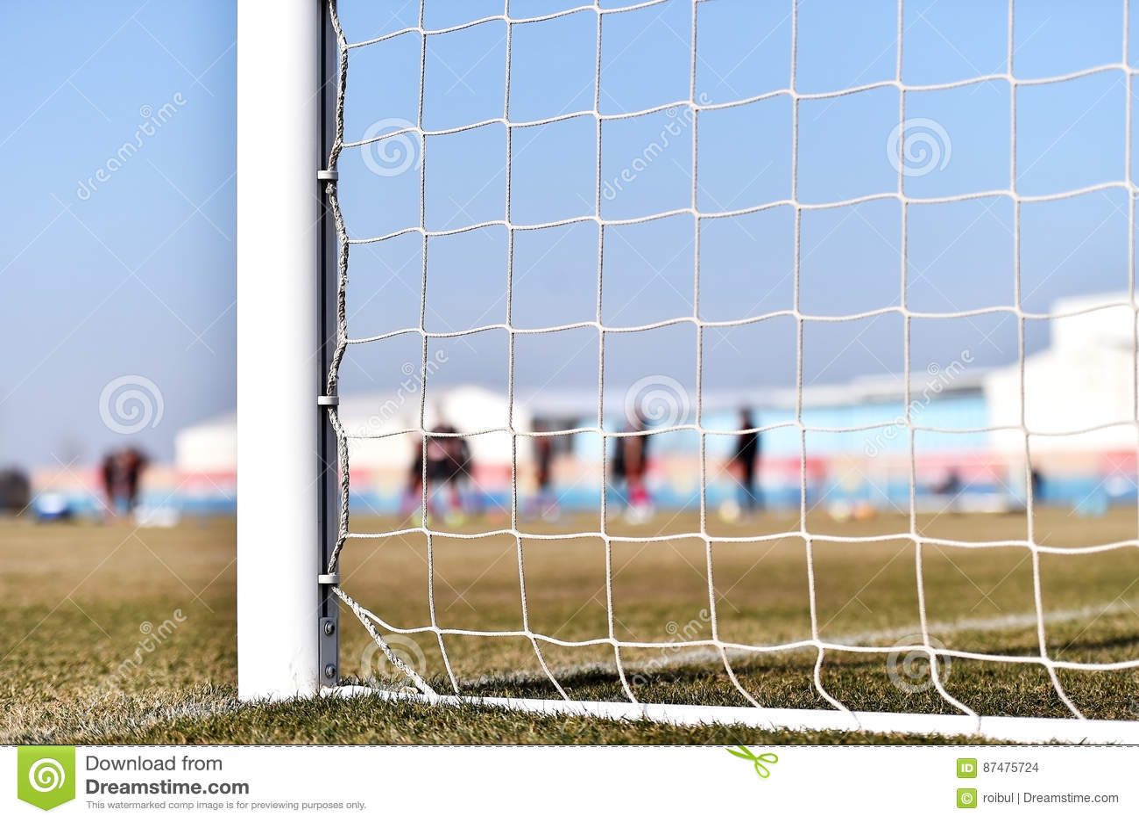 Стойка ворот футбола и тренировка игроков