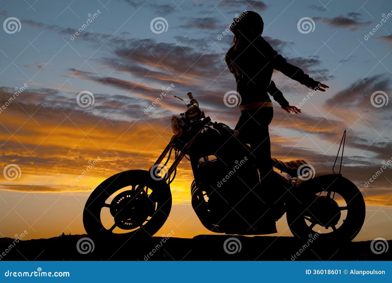 Стойка мотоцикла женщины силуэта вручает назад