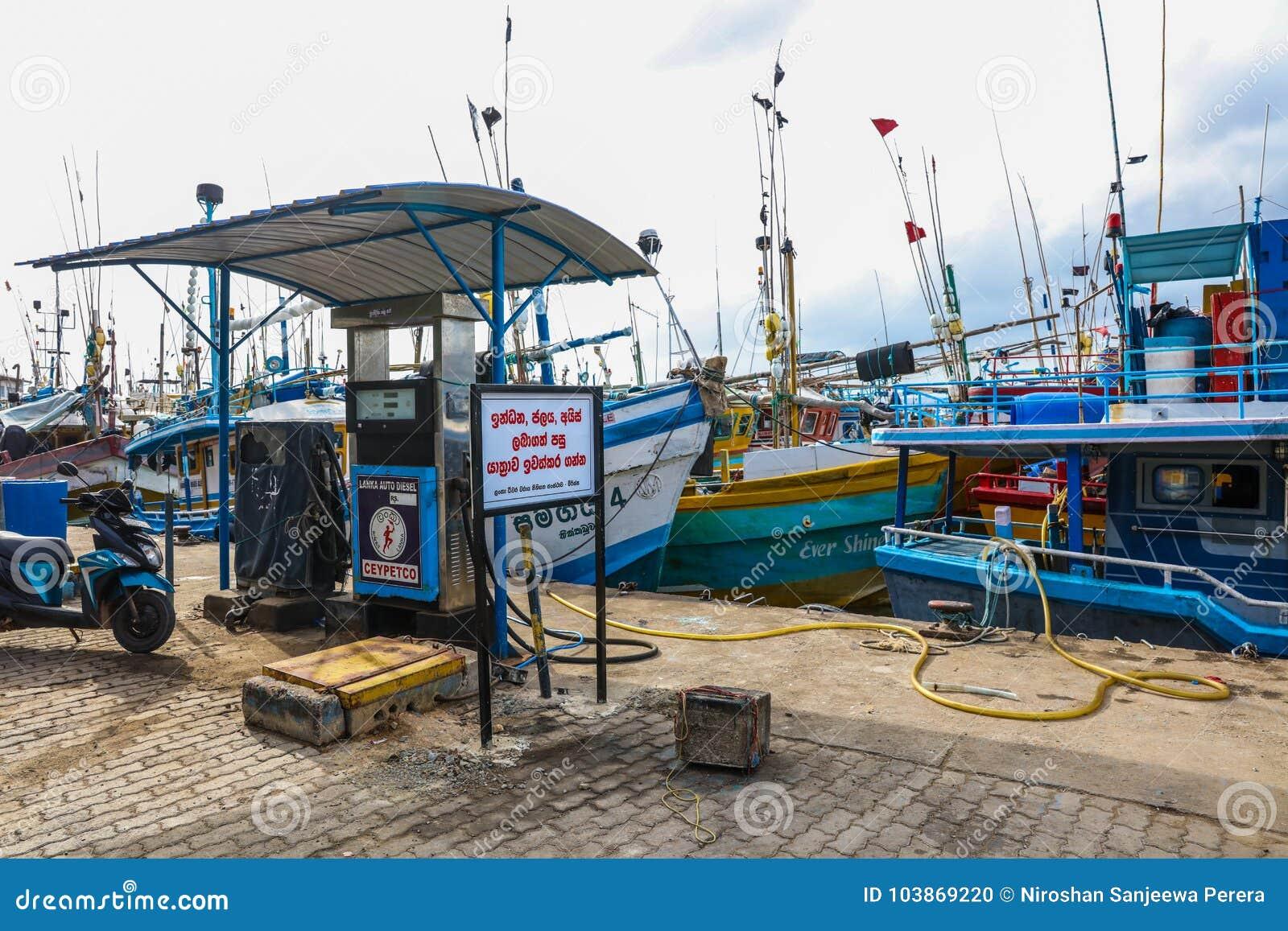Стойка рыбацких лодок в гавани Mirissa, Шри-Ланке