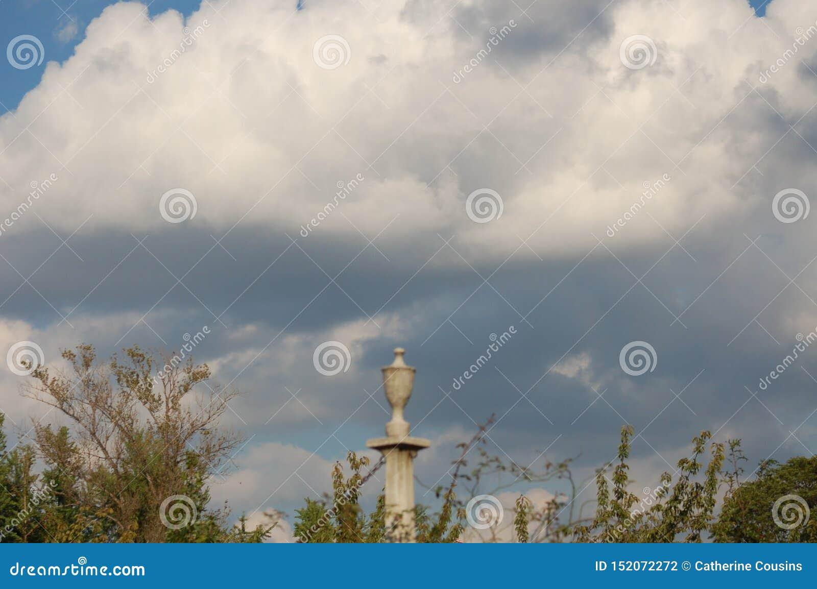 Столб загородки в облачном небе