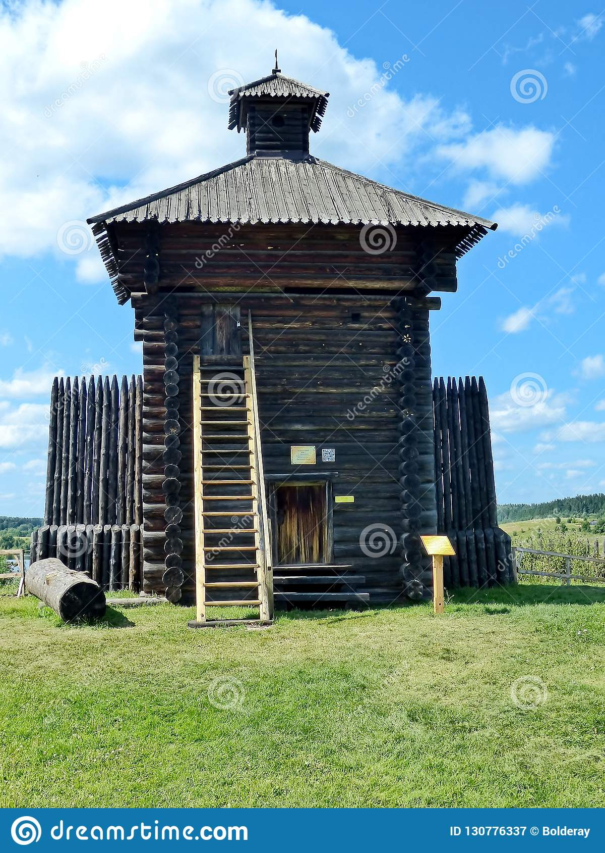 Столетие 1656 Xvii-th башни крепости с частью загородки походит русская деревянная крепость