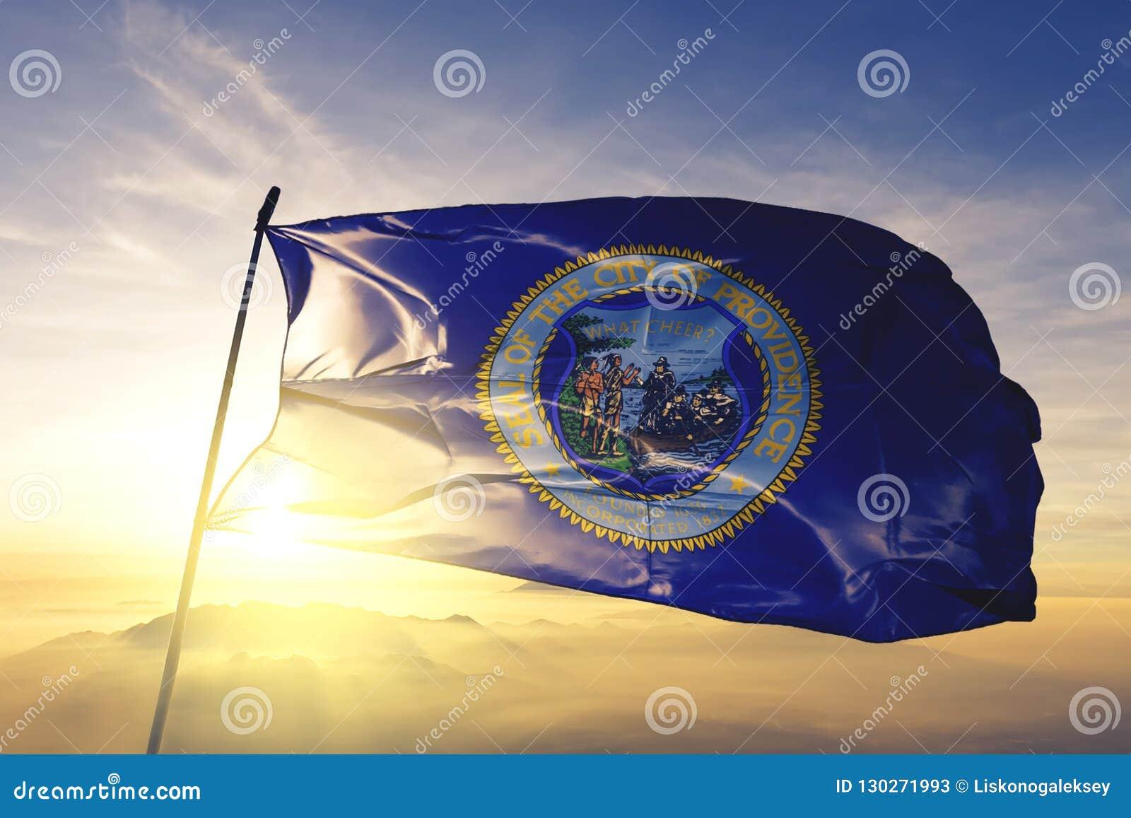 Столица города Провиденс Род-Айленда ткани ткани ткани флага Соединенных Штатов развевая на верхнем тумане тумана восхода солнца
