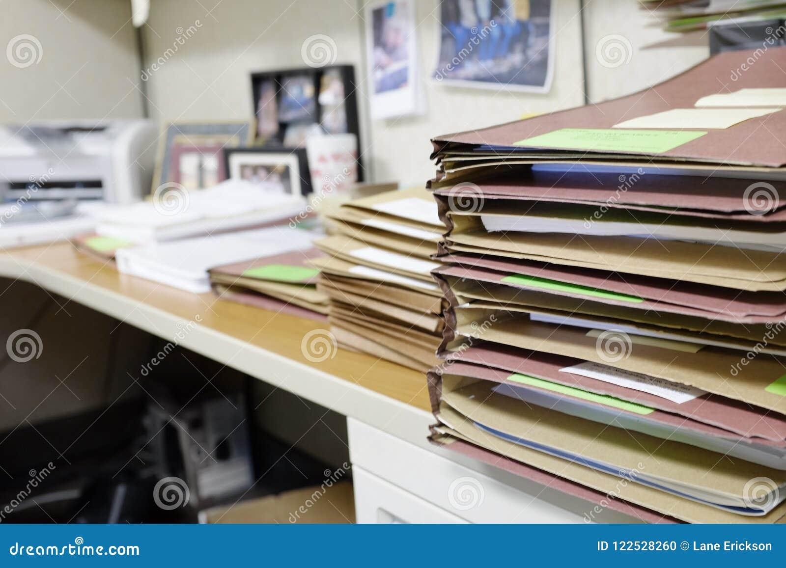 Стол сложенный вверх с файлами и работой