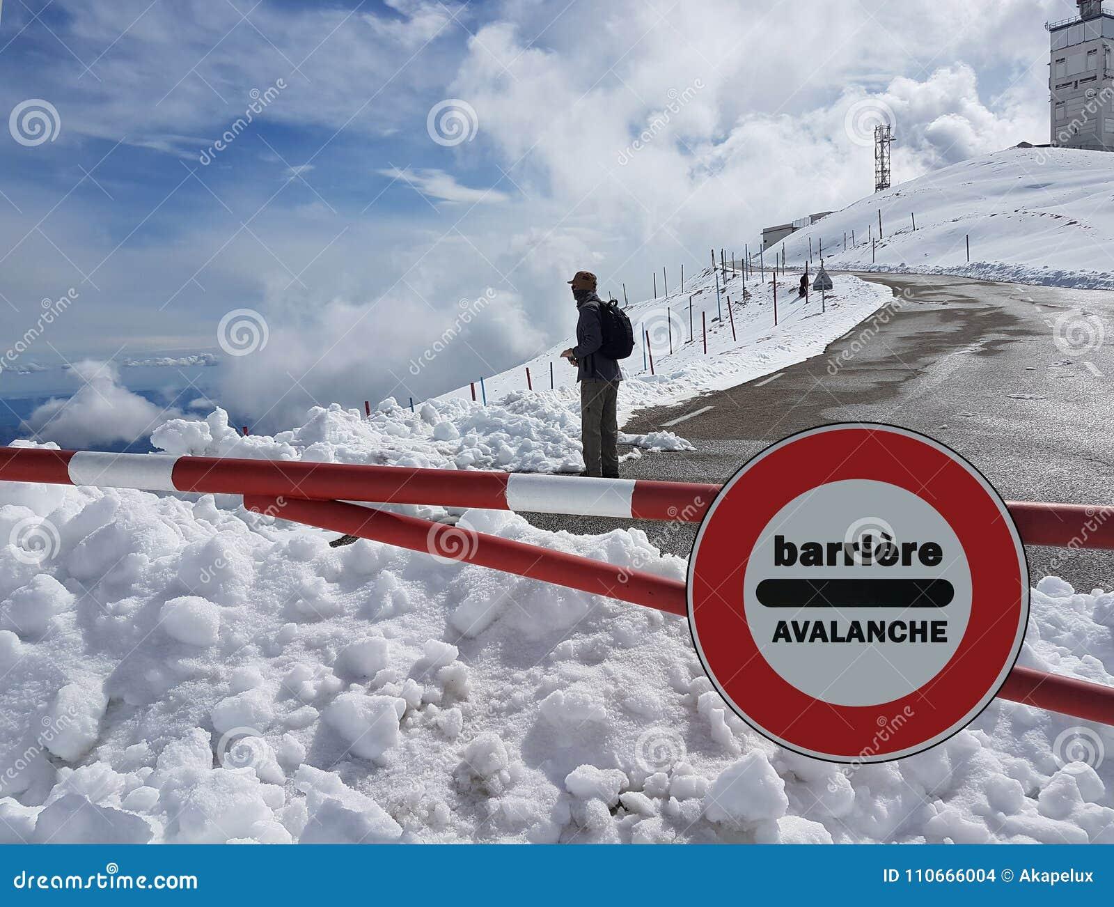Стоп дорожного знака Предупреждение опасности в горах Отступление лавины Опасность на снег-покрытой горе покрывает среди облаков