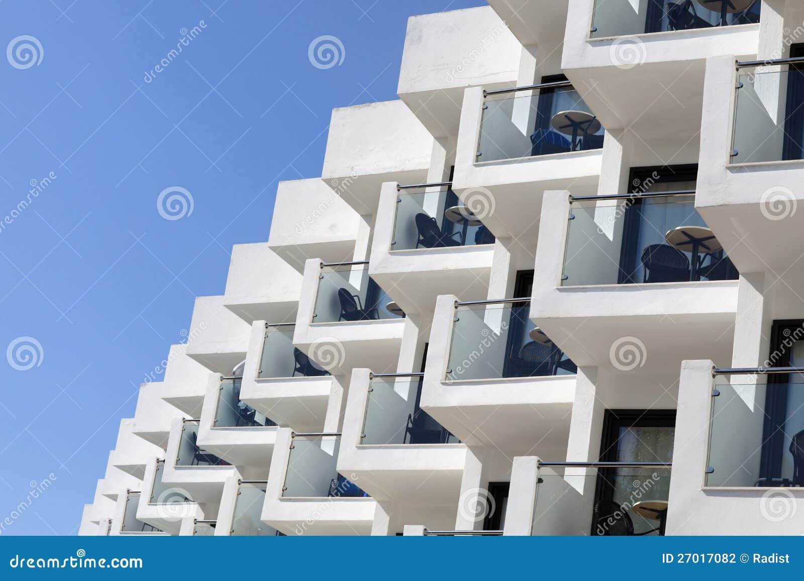 Сторона белого здания