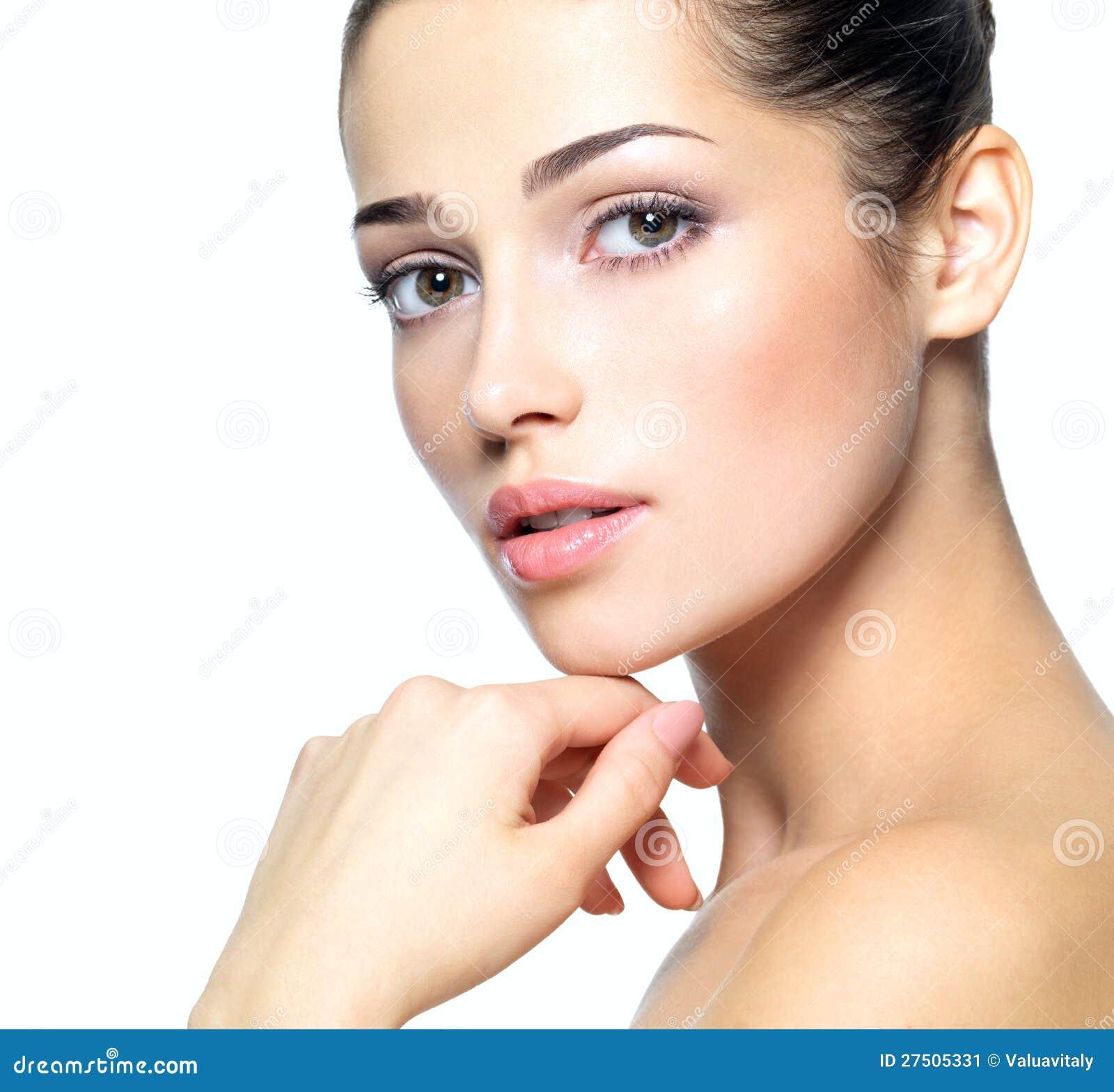 Сторона красотки молодой женщины. Принципиальная схема внимательности кожи.