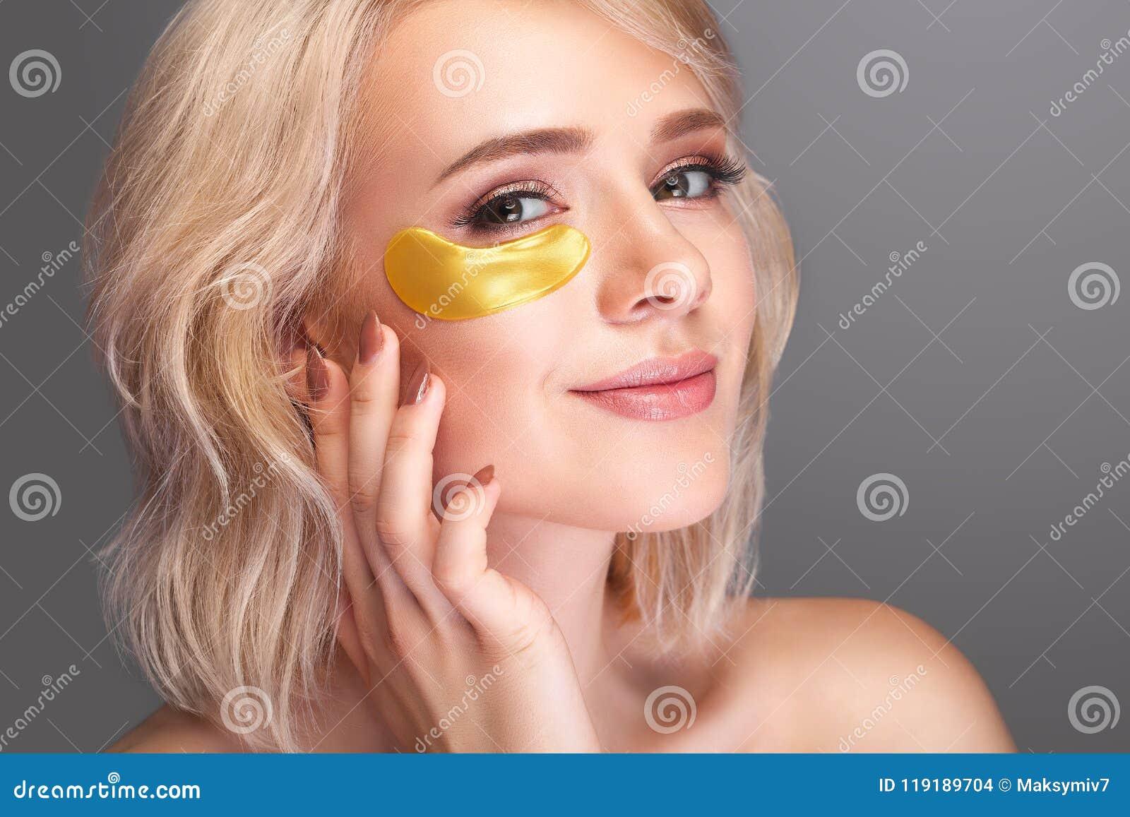 Сторона красоты женщины с маской под глазами Красивая женщина с Na