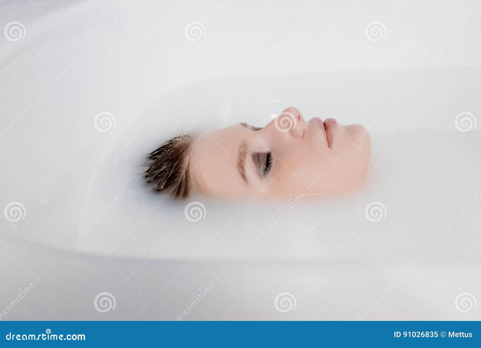 Женщина брызгает молоко фото 459-149
