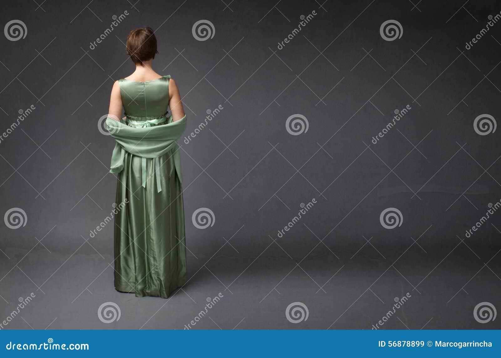 Сторона элегантной женщины задняя
