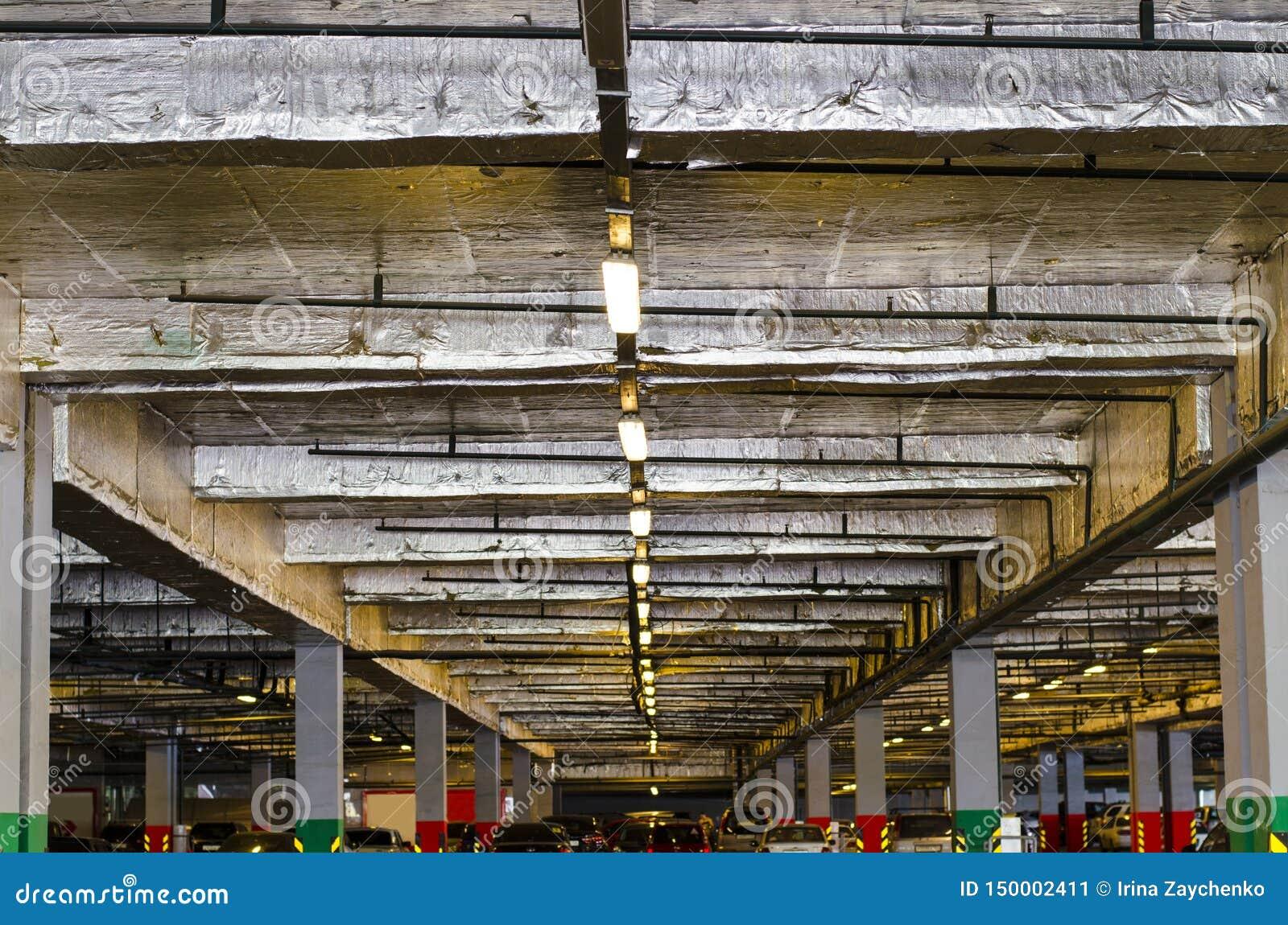Стоянка в торговом центре Покрытая подземная стоянка для автомобилей