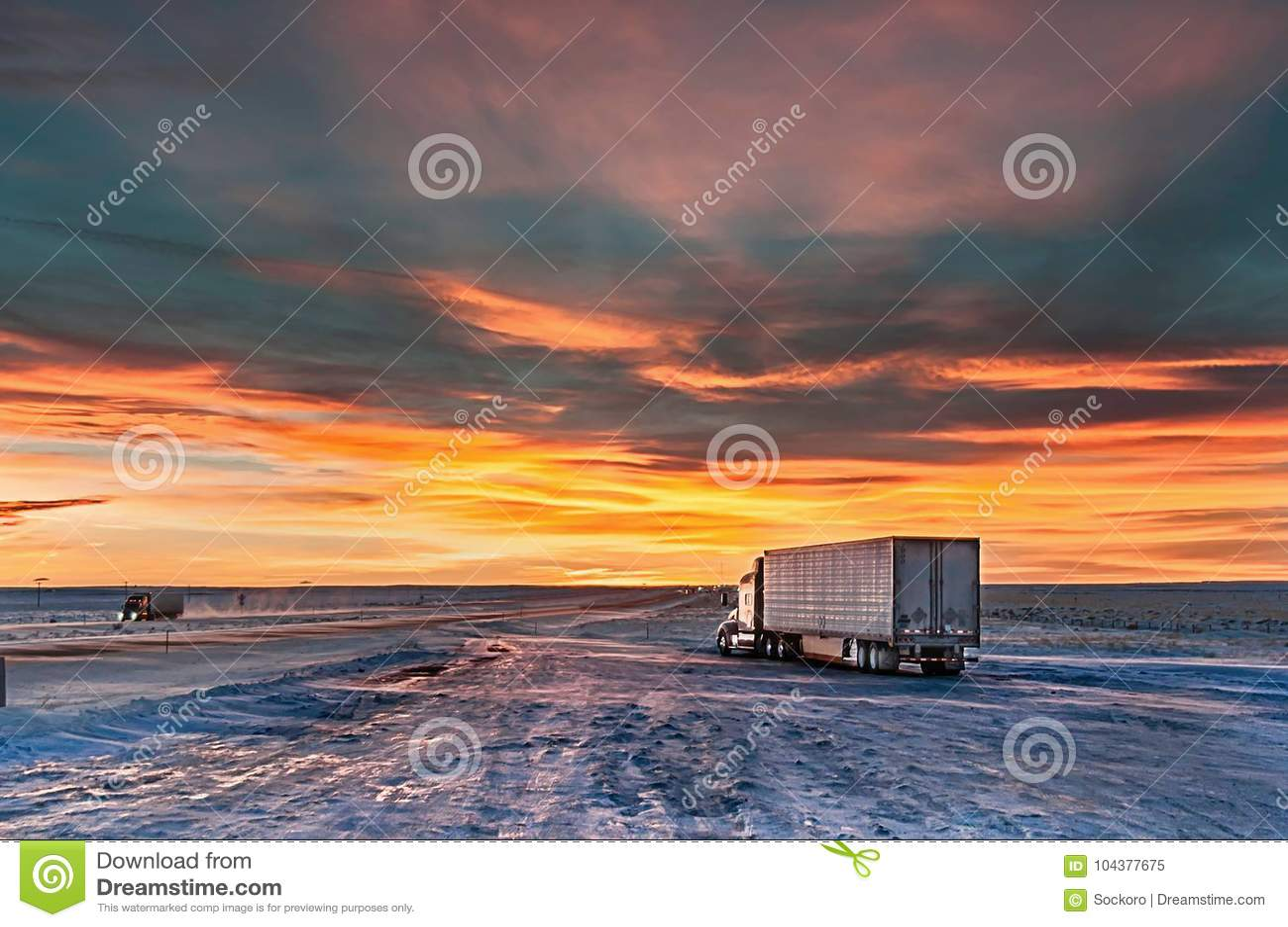 Стоянка для грузовиков в вечере