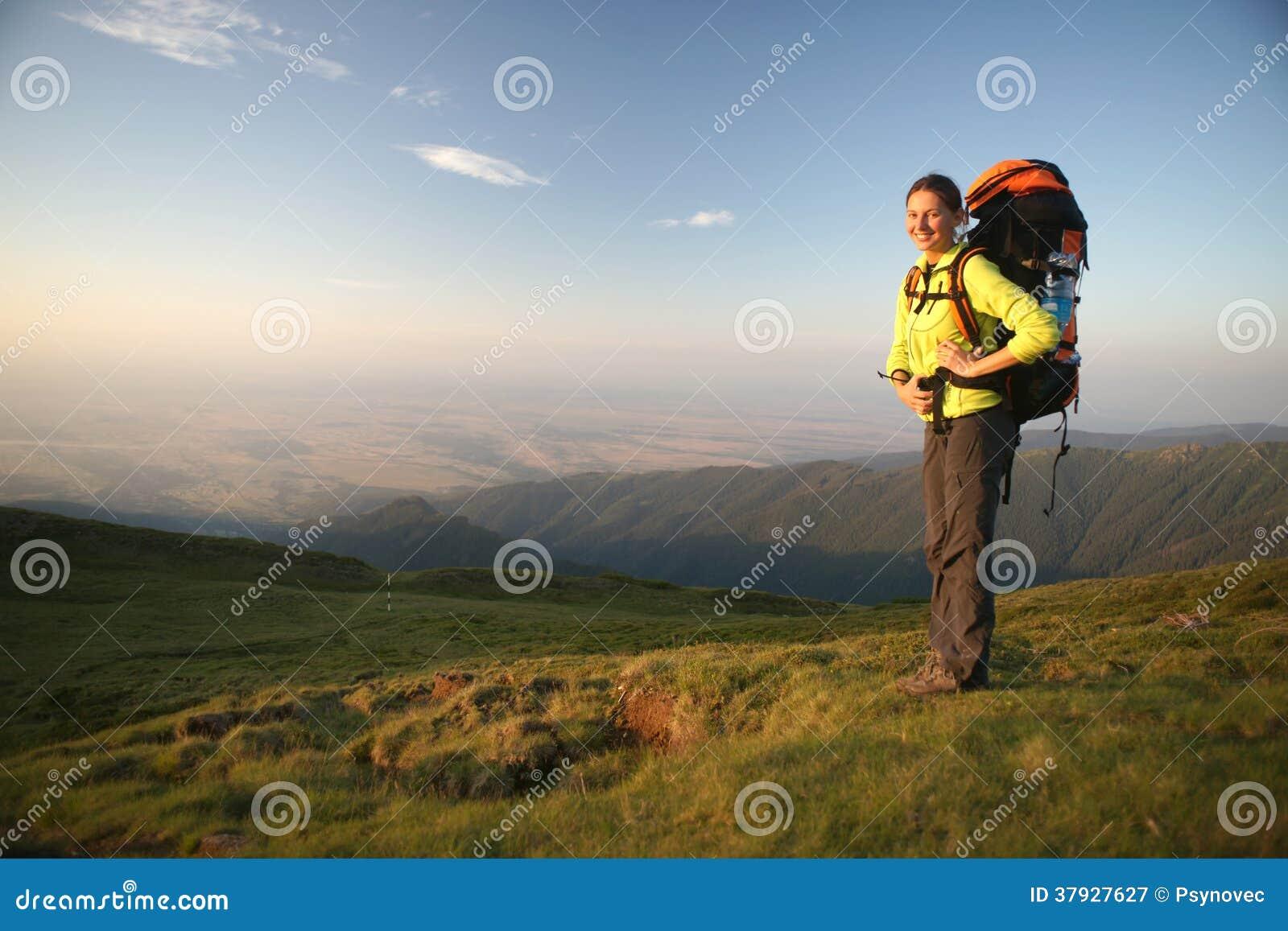 Стоять женщин Hiker
