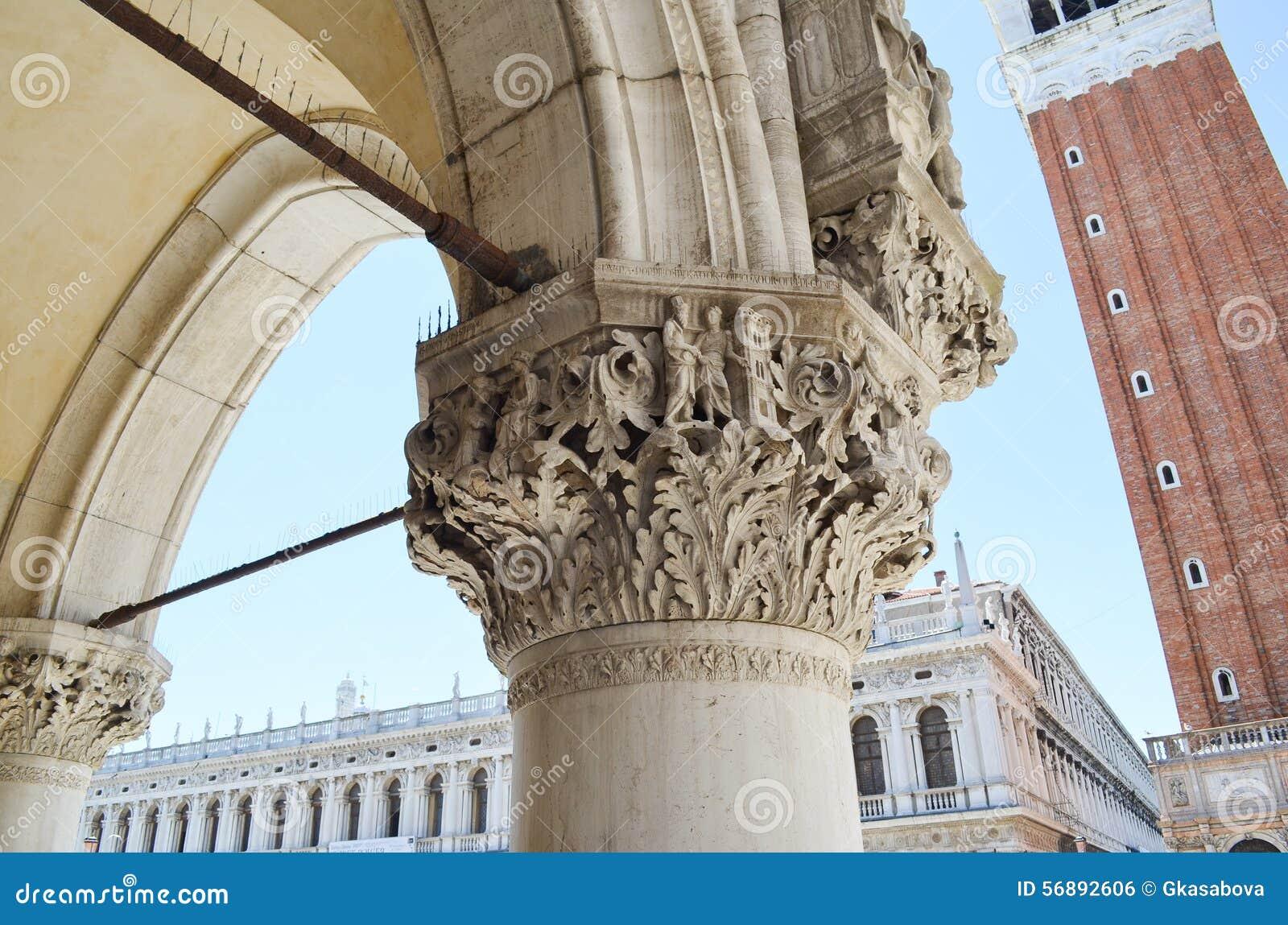 столбец Palazzo Дукале в Венеции, Италии