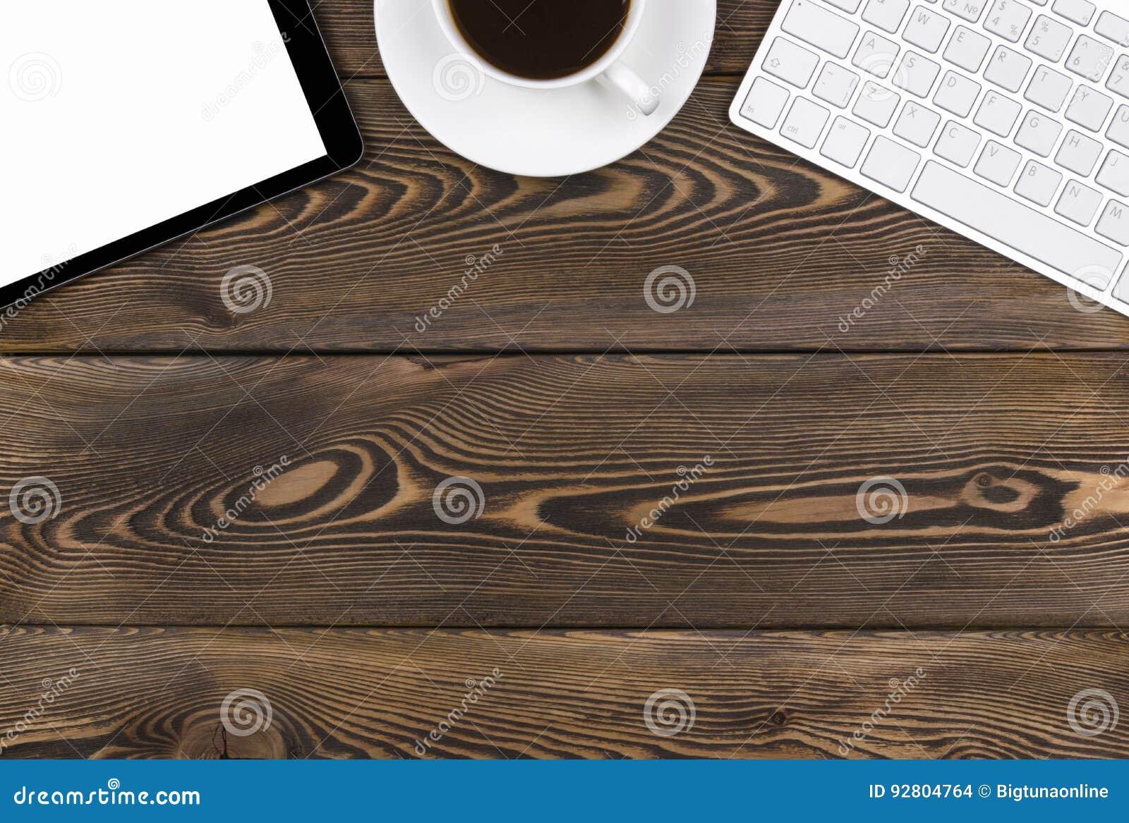 Стол офиса с космосом экземпляра Приборы беспроводная клавиатура, мышь и планшет цифров с пустым экраном на темном деревянном сто
