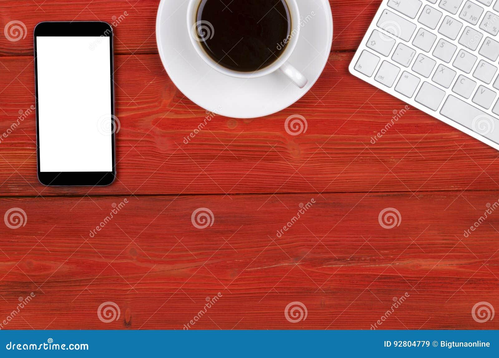Стол офиса с космосом экземпляра Приборы беспроводная клавиатура, мышь и планшет цифров с пустым экраном на красном деревянном ст