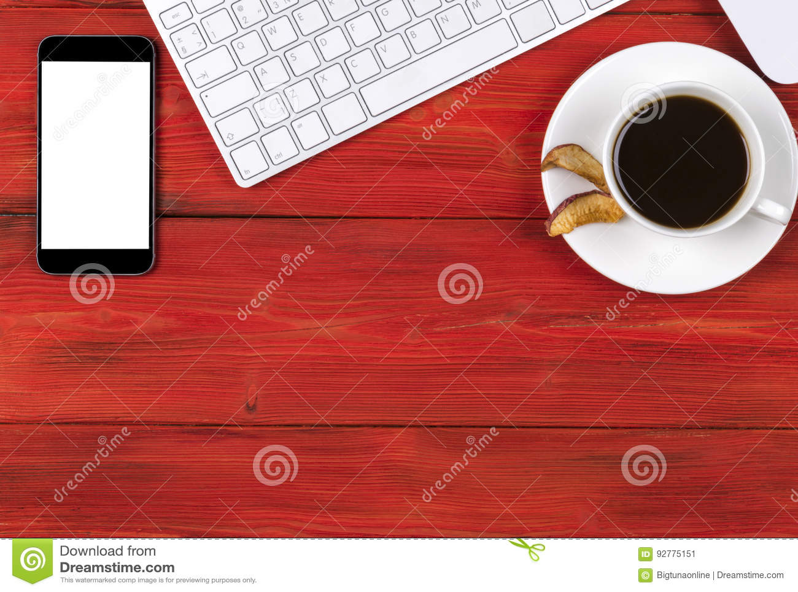 Стол офиса с космосом экземпляра Приборы беспроводная клавиатура цифров, smartphone мыши с пустым экраном на красном деревянном с