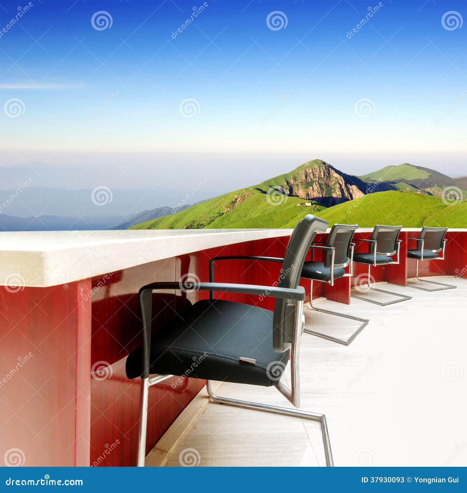 Столы переговоров и стулья на горе