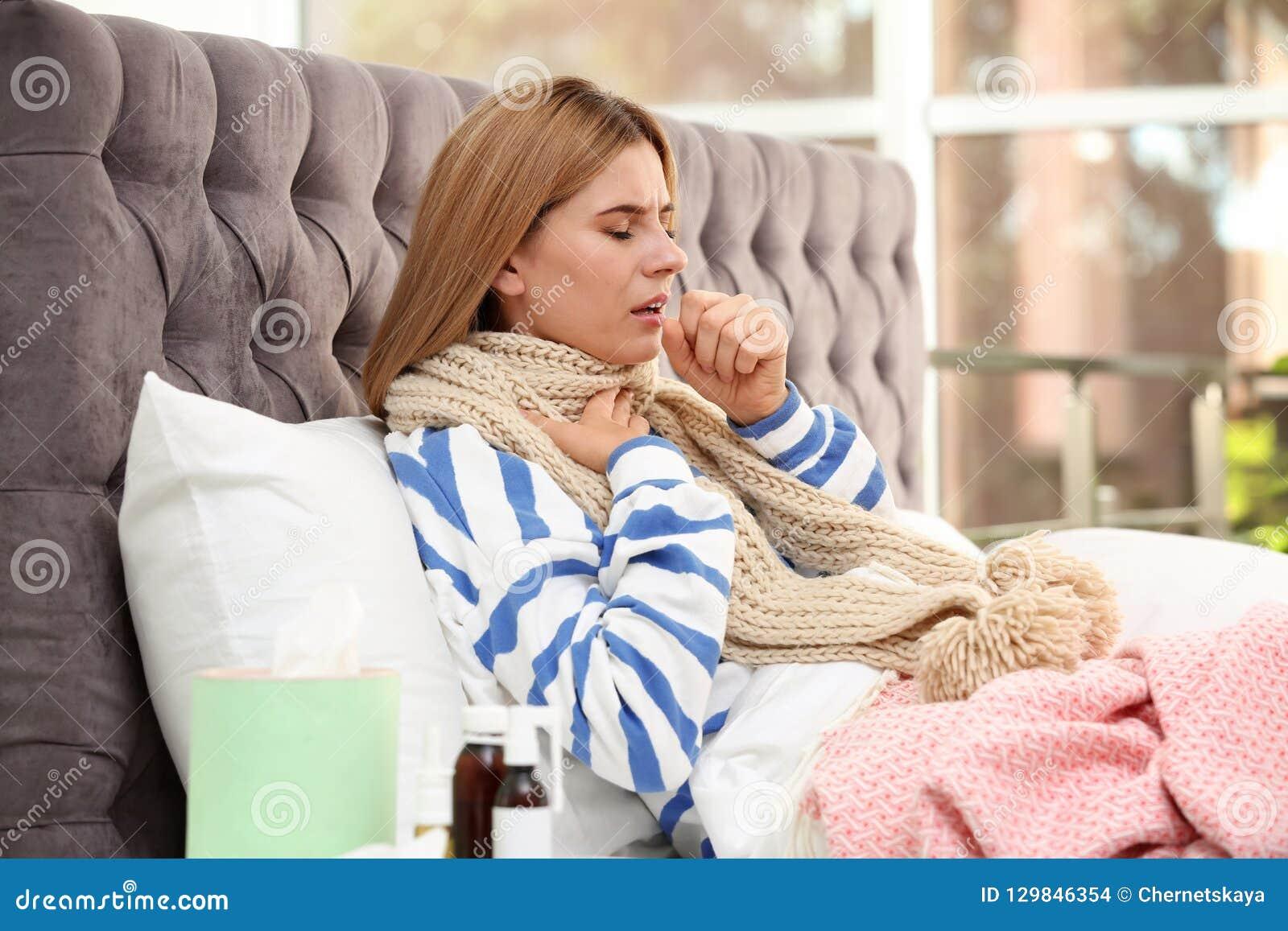 Страдание женщины от кашля и холода