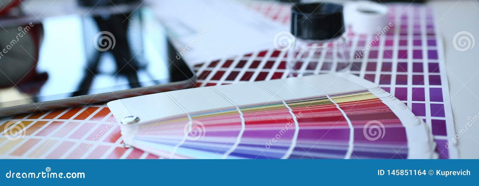 Страница бумаги печати теста с fantail и лупой дизайна теста цвета