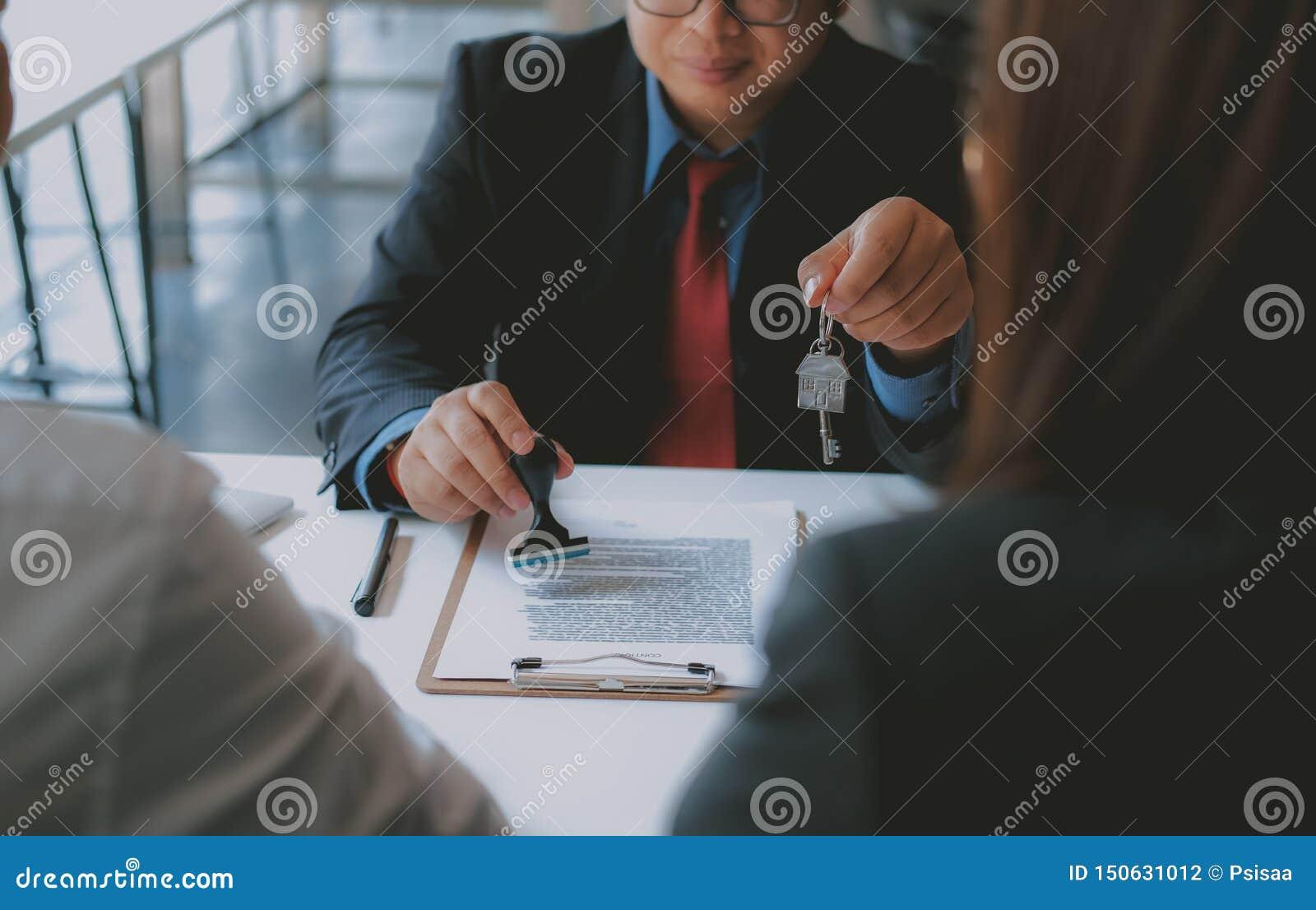 Страховой брокер юриста советуя с дающ юридический совет клиенту пар о покупая арендуя доме финансовый советник с