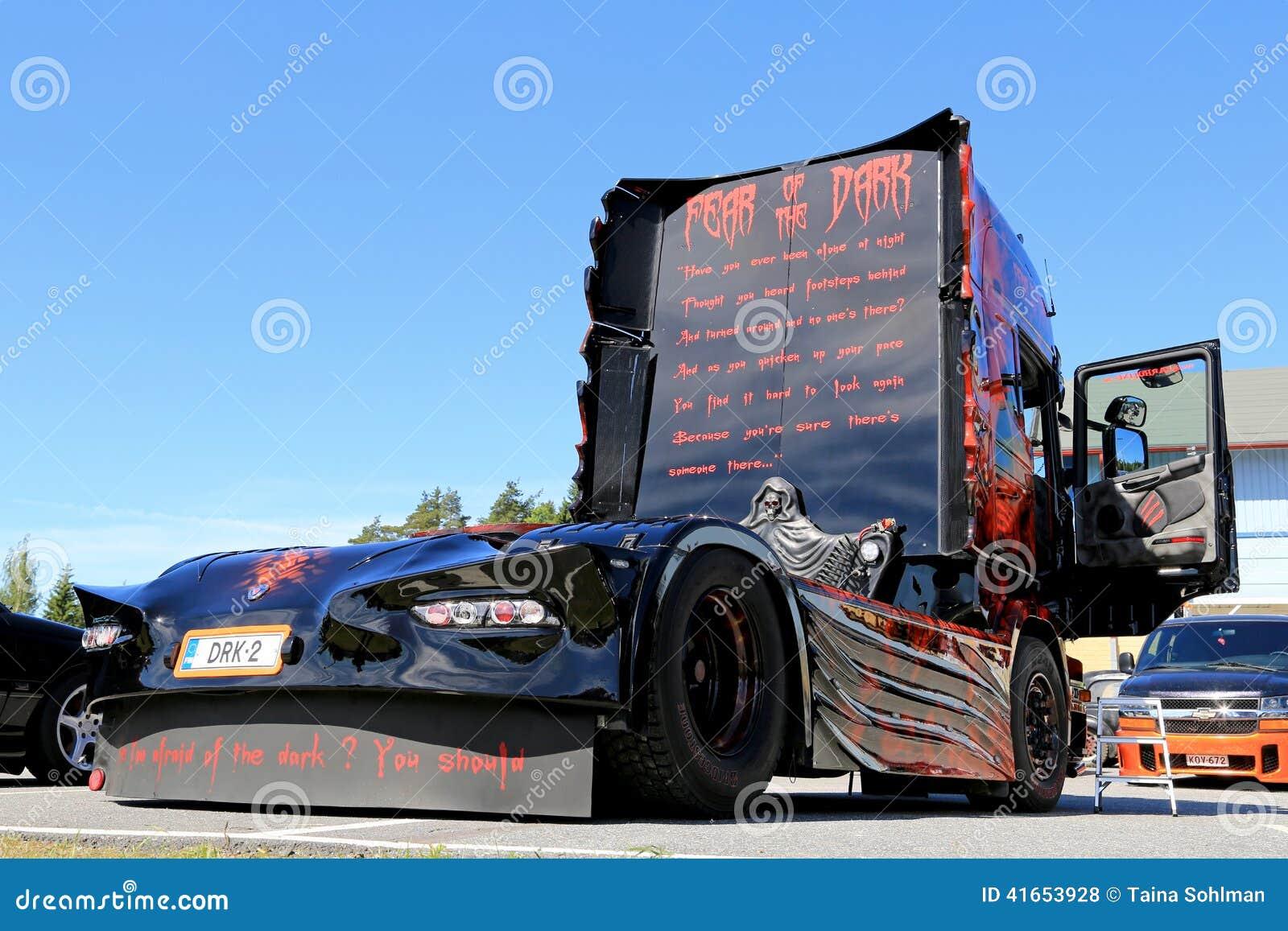 Страх темного художественного произведения тяжелого грузовика
