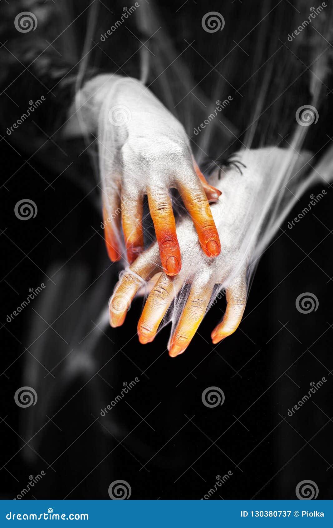 Страшные руки хеллоуина с красным, апельсином и серебром предусматриванными в сети паука с пауками