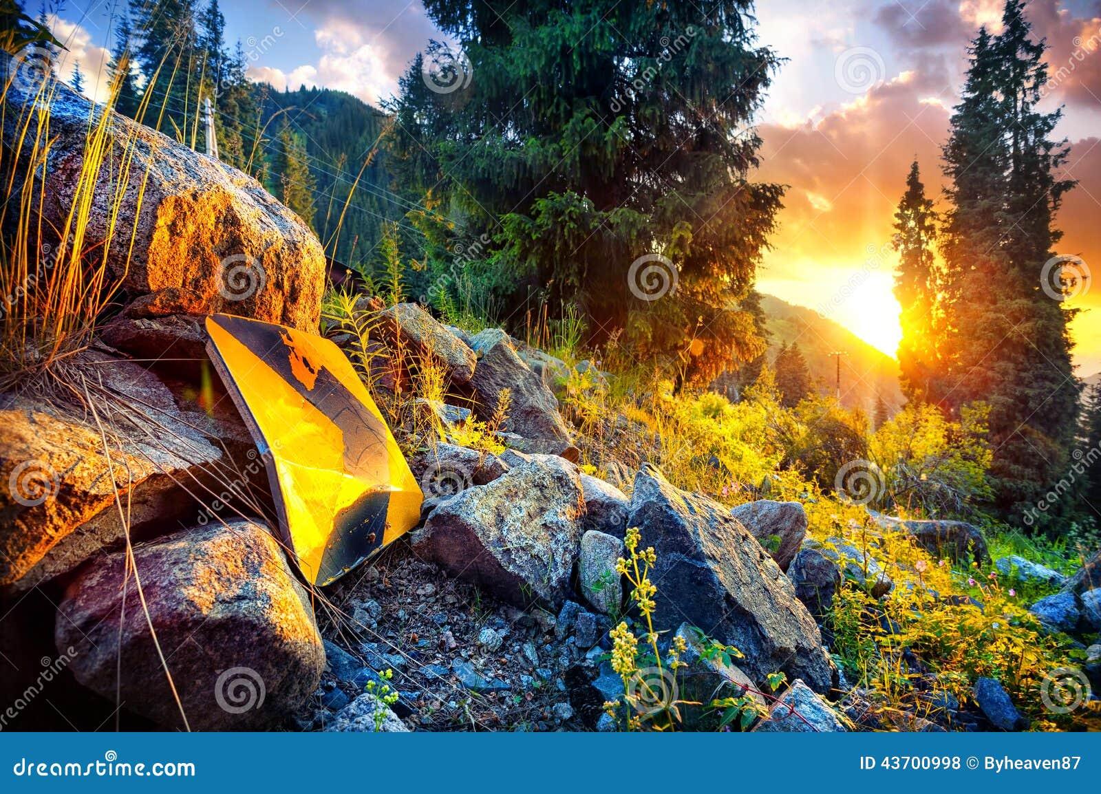 Стрелка подписывает внутри горы